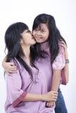 La madre da un beso a su hija Fotos de archivo libres de regalías