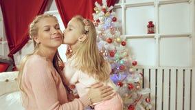 La madre da un regalo del Año Nuevo a su hija Imagenes de archivo