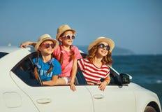 La madre de la familia y las muchachas felices de los ni?os va al viaje del viaje del verano en coche imagen de archivo libre de regalías