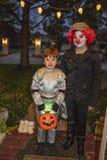 La madre de Tulsa Oklahoma se vistió como el payaso y el hijo vestidos como truco r del astronauta que trataba en Halloween imágenes de archivo libres de regalías