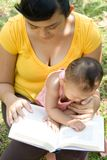 la madre del libro del bambino ha letto fotografia stock