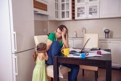 La madre del presupuesto familiar y de las finanzas con el planeamiento de la hija se dirige b foto de archivo