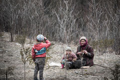 La madre della famiglia ed il figlio tibetani due stanno giocando il togethe immagini stock libere da diritti