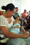 La madre di Islander del cuoco tiene il suo bambino immagini stock libere da diritti