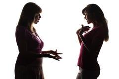 La madre discute con la figlia, le grida dell'adolescente, provanti l'innocenza Fotografia Stock