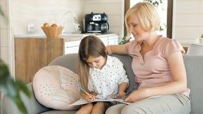 La madre disegna con la figlia video d archivio
