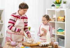 La madre e la figlia cucinano a casa Concetto sano dell'alimento Fotografia Stock Libera da Diritti