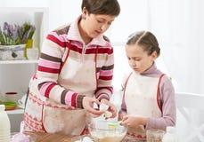 La madre e la figlia cucinano a casa Cucina interna, concetto sano dell'alimento fotografie stock