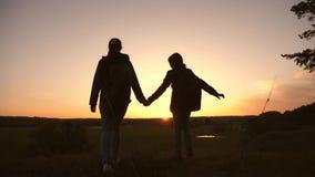 La madre e la figlia di lavoro di squadra sul viaggio di vacanza con uno zaino, sollevano le loro mani su ammiri il paesaggio dal stock footage