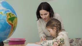 La madre e la figlia fa insieme il compito a casa stock footage