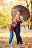 La madre e la figlia sono nel parco della città di autunno La gente sta posando sotto l'ombrello I bambini ed i genitori stanno s fotografia stock libera da diritti