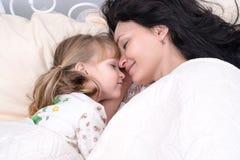 La madre e la figlia stanno dormendo Immagine Stock