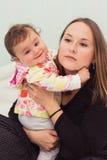 La madre e la figlia felici stanno giocando insieme Immagini Stock