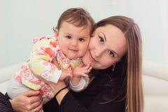 La madre e la figlia felici stanno giocando insieme Fotografia Stock