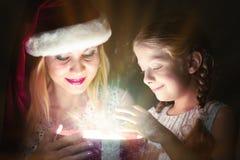 La madre e la figlia hanno aperto una scatola con un regalo Fotografia Stock Libera da Diritti