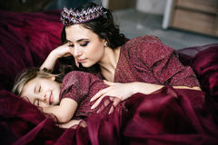 La madre e la figlia nell'immagine della regina e della principessa si vestono Fotografia Stock Libera da Diritti