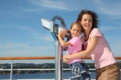 La madre e la figlia si levano in piedi il binocolo vicino Immagine Stock Libera da Diritti