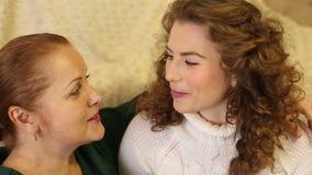 La madre e la figlia sono conversazione intima stock footage