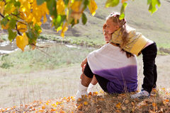 La madre e la figlia sono nella sosta di autunno Fotografia Stock Libera da Diritti