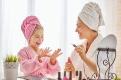 La madre e la figlia stanno facendo i manicuri Fotografia Stock Libera da Diritti