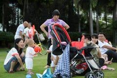 La madre ed il bambino sono interattivi a SHENZHEN Immagini Stock Libere da Diritti