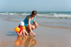 La madre ed il bambino stanno cercando le coperture immagini stock