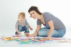 La madre ed il bambino stanno disegnando Fotografie Stock