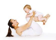 La madre ed il bambino stanno facendo l'esercizio, la ginnastica, forma fisica Fotografia Stock