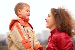 La madre ed il figlio del primo piano osservano su a vicenda il outdoo Fotografia Stock