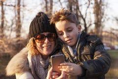 La madre ed il figlio prende un selfie Fotografia Stock Libera da Diritti