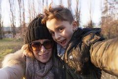 La madre ed il figlio prende un selfie Immagine Stock