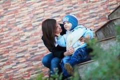 La madre ed il figlio si abbracciano Fotografia Stock