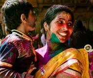 La madre ed il figlio sono coperti in pittura durante il festival di Holi in Indi fotografia stock libera da diritti