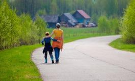La madre ed il figlio sul modo stanno abbracciando Fotografia Stock Libera da Diritti