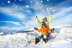 La madre ed il figlio sul tiro felice della montagna nevicano Immagine Stock Libera da Diritti