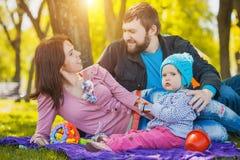 La madre ed il padre plaing con la loro figlia Immagine Stock