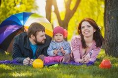 La madre ed il padre plaing con la loro figlia Immagine Stock Libera da Diritti
