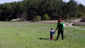 La madre ed il ragazzino vanno sul campo video d archivio