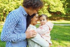 La madre, el padre y la hija están caminando en el parque imagen de archivo libre de regalías