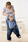 La madre embarazada baila con su hijo en sus pies Fotografía de archivo libre de regalías