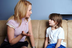 La madre enojada habla con su hijo Imagen de archivo libre de regalías