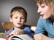 La madre enseña al hijo a leer imagen de archivo libre de regalías