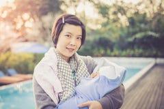 La madre es explotación agrícola su bebé Imagen de archivo libre de regalías