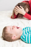 La madre está cansada, niño está llorando Foto de archivo libre de regalías