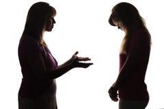 La madre está decepcionada con el comportamiento de la hija, pide la explicación, pero el adolescente es silencioso tímido bajand Imagen de archivo libre de regalías