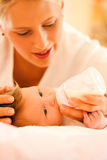 La madre está introduciendo al bebé Imagen de archivo libre de regalías