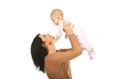 La madre felice alza la sua figlia del bambino Immagini Stock