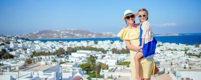 La madre felice e la piccola ragazza adorabile in Mykonos durante il Greco dell'estate vacation Fotografie Stock