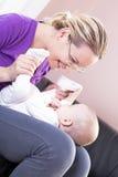 La madre felice gioca il bambino del ragazzo. Fotografia Stock