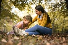 La madre felice si diverte con la figlia nel parco Fotografie Stock Libere da Diritti